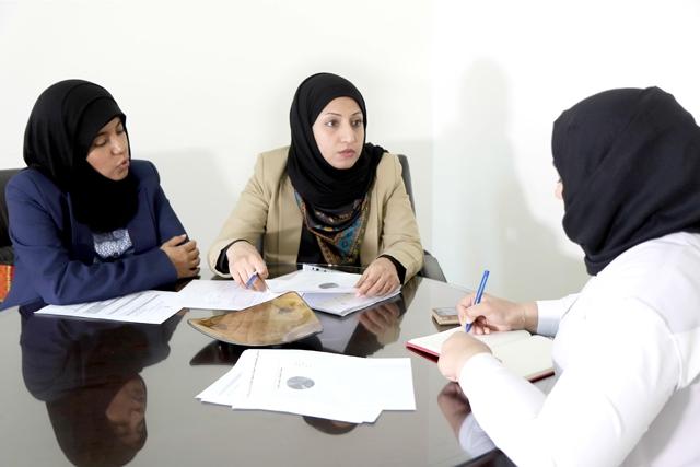 منال مدن وسناء عبدالجليل لدى حديثهما إلى «الوسط»