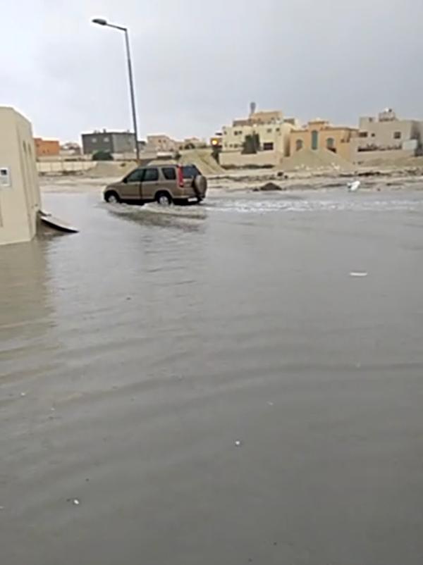 طرقات اسكان الدير وسماهيج تغمرها مياة الامطار