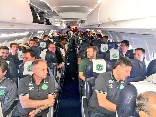 الصورة الاخيرة لفريق شابيكوينسي البرازيلي على متن الطائرة قبل تحطمها