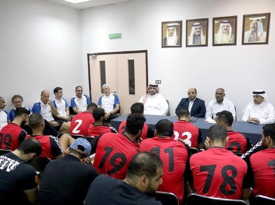 رئيس الاتحاد متحدثاً للاعبين قبل التدريب