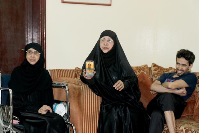 علي وأخته ووالدتهما الأرملة بعد أن أثقلها الدهر بتقلباته - تصوير : محمد المخرق