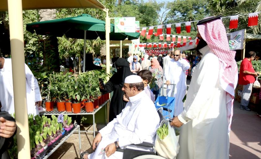 حضور لافت من مُختلف فئات المجتمع من مواطنين ومقيمين في أول يوم من السوق - تصوير محمد المخرق