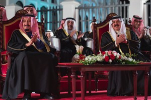 العاهل يقلد خادم الحرمين وسام الشيخ عيسى من الدرجة الممتازة
