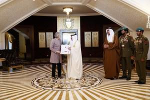 بالصور... العاهل يقلد رئيسة وزراء بريطانيا وسام أحمد الفاتح تقديراً لجهودها في دعم علاقات البلدين