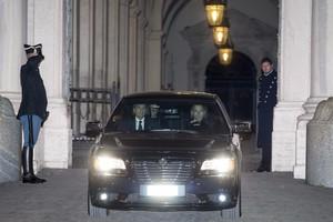 رئيس الوزراء الايطالي ماتيو رينزي يقدم استقالته رسميا