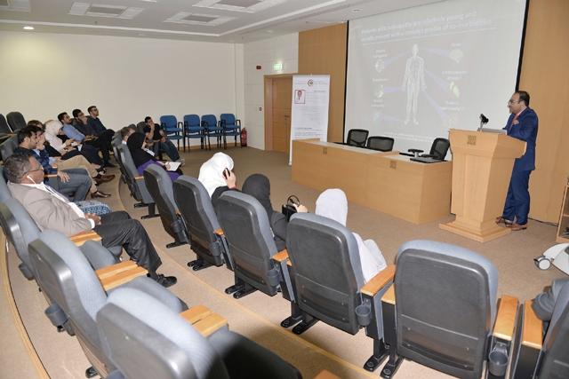 الاستشاري محمد نعيم ناصر يتحدث عن الجهاز الجديد - تصوير : أحمد آل حيدر