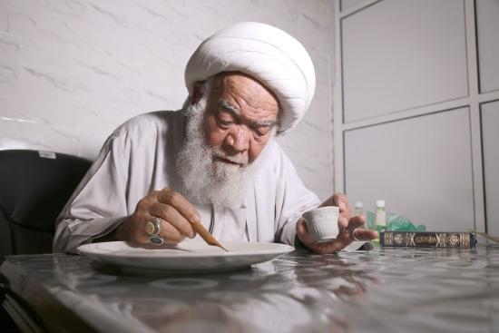الشيخ الجدحفصي يمارس عمله بكتابة المحو