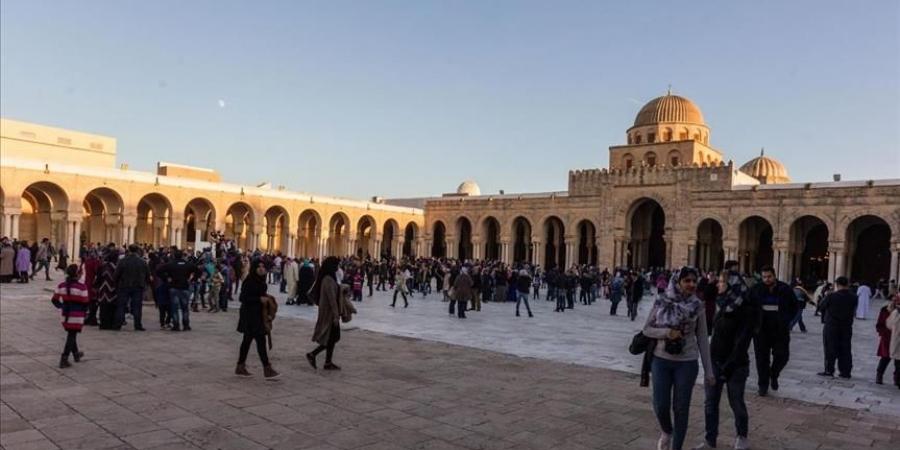 جامع القيروان في تونس يكتظ بالزوار خلال الاحتفال بالمولد النبوي