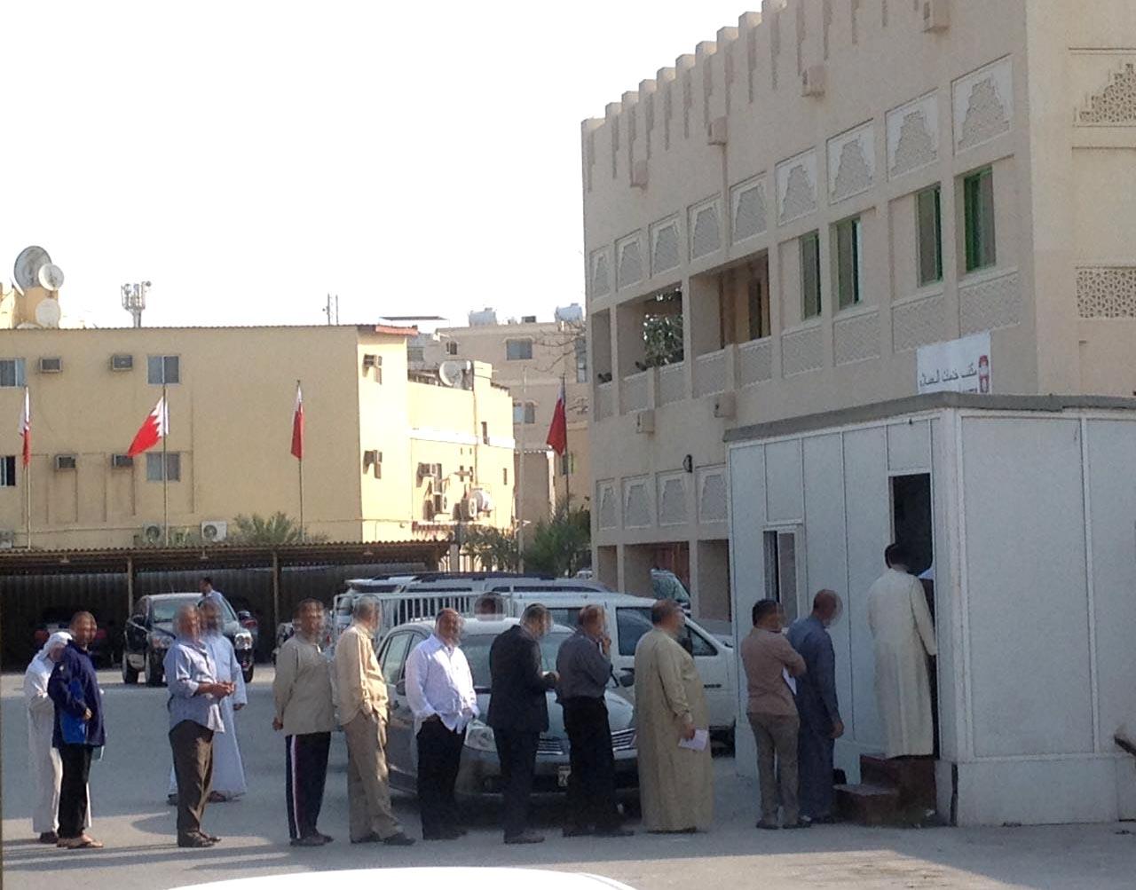 صورة تناقلتها وسائل التواصل الاجتماعي لطابور من المواطنين امام مكتب تسليم أكياس القمامة اليوم