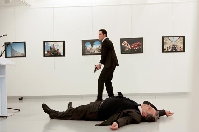 جثة السفير الروسي في أنقرة ملقاة على الأرض بعد إطلاق النار عليه من قبل مسلح  -AFP