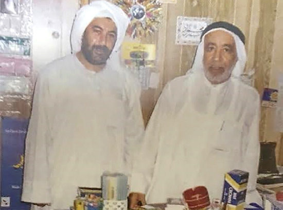 إبراهيم آل طريف في مكتبته دار الصفا مع الحاج سعيد عيد