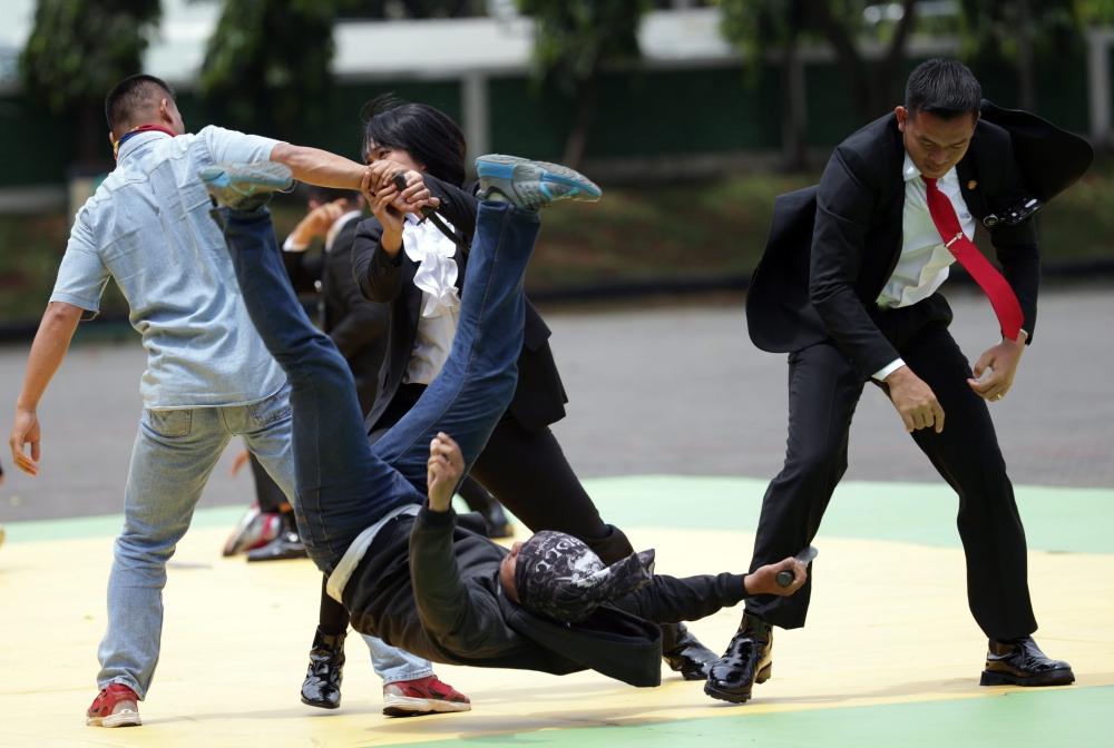 قوات الحماية الرئاسية يظهرون مهاراتهم خلال محاكاة لهجوم إرهابي في جاكرتا أمس. إ ب أ