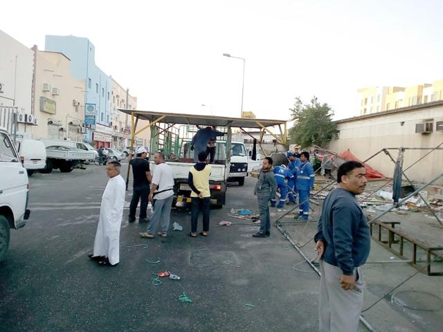 عمال البلدية يزيلون الفرشات التي تقع بالقرب من السوق الشعبي بالمحافظة الجنوبية