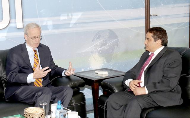 رئيس التحرير منصور الجمري أثناء لقائه مع السفير الأميركي ويليام روبوك  -  تصوير : عقيل الفردان