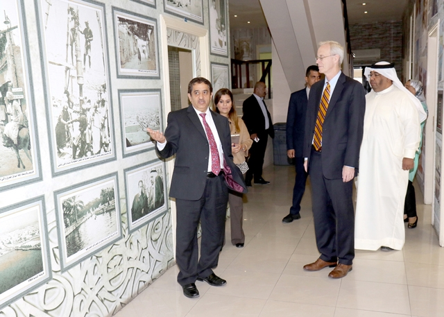 السفير الأميركي ويليام روبوك خلال تجوله في مبنى صحيفة «الوسط»  - تصوير : عقيل الفردان