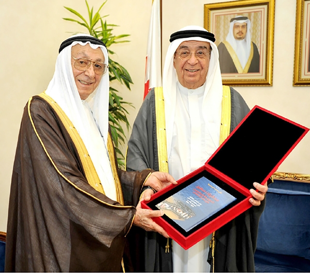 البحارنة يُهدي كتابه إلى سمو الشيخ محمد بن مبارك آل خليفة