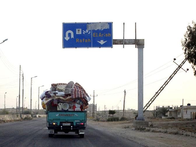عائلة مصرية تترك شمال سيناء حيث تقاتل السلطات المتمردين