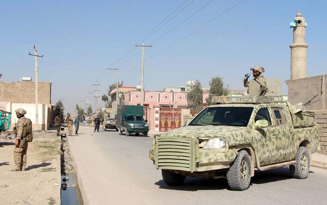 قوات أفغانية تؤمِّن موقعاً تعرض للانفجار في هلمند - epa