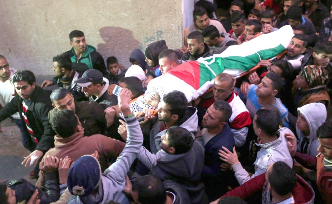 فلسطينيون يحملون جثمان محمد الصالحي خلال جنازته في مخيم للاجئين قرب مدينة نابلس - epa