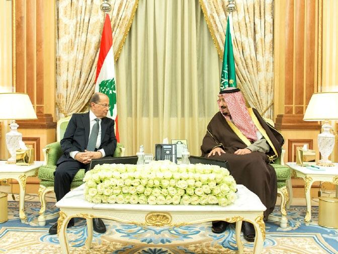 العاهل السعودي مستقبلاً الرئيس اللبناني في الرياض - reuters