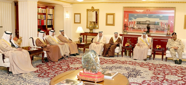 سمو رئيس الوزراء ملتقياً القائد العام لقوة دفاع البحرين