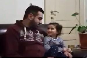 بالفيديو... طفلة تصحح قراءة القرآن الكريم لوالدها