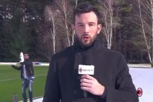 بالفيديو... سوسو نجم ميلان يقذف مراسل قناة النادي بكرة ثلجية على الهواء