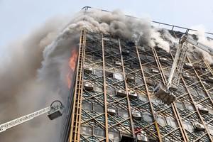 بالفيديو والصور... التلفزيون الإيراني: 38 مصابا على الأقل في انهيار مبنى شاهق بعد اشتعاله