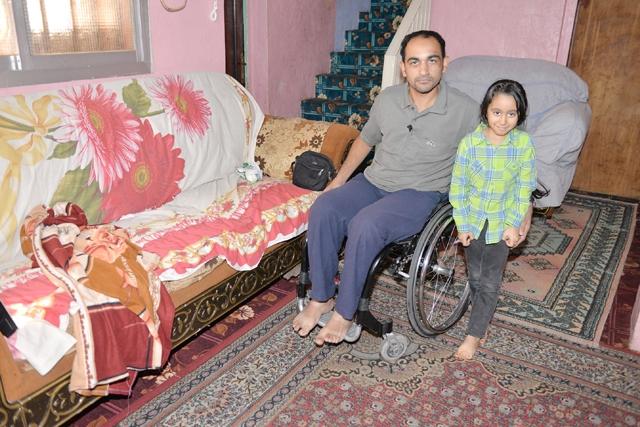 حسين سوار مع ابنته التي كان حلمها غرفة خاصة  - تصوير : أحمد آل حيدر