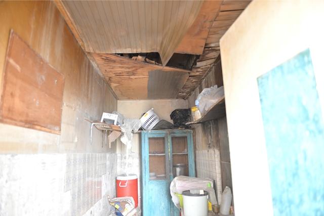 عائلته تعيش في غرفة بمنزل والده الآيل للسقوط