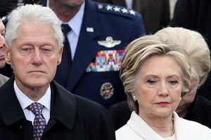 بالفيديو... هيلاري كلينتون تضبط زوجها وهو يراقب إيفانكا ترامب