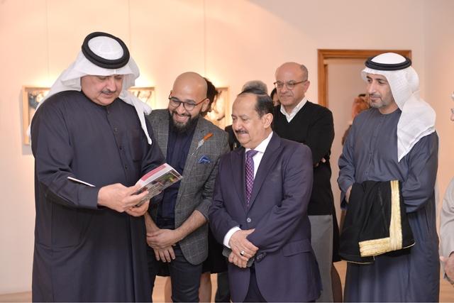 الشيخ راشد بن خليفة آل خليفة متصفحاً كتيب المعرض