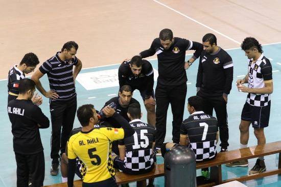 رضا علي يوجه لاعبيه في مباراة الأهلي مع داركليب الأخيرة