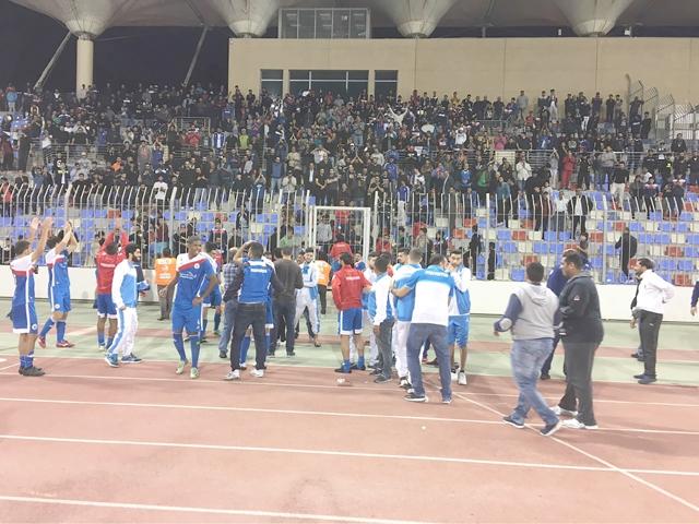 فرحة لاعبي المنامة مع الجماهير