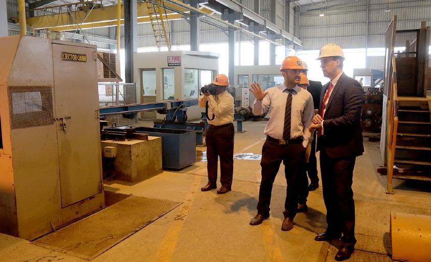 مدير عمليات مصنع يونفيرسال لحديد التسليح (أقصى اليمين) يتحدث إلى  «الوسط» - تصوير محمد المخرق