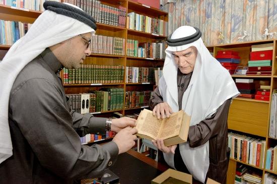 منصور سرحان يُطلع «الوسط» على مقتنيات مكتبته - تصوير أحمد آل حيدر