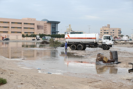 عدسة «الوسط» رصدت تفريغ المياه في سلماباد