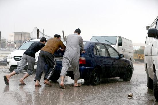 توقفت السيارة في قارعة الطريق متأثرة بالأمطار