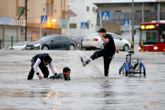 أطفال يمرحون وسط بركة للمياه الراكدة