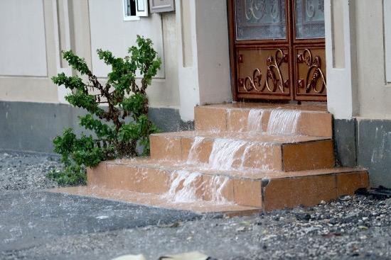 المياه تتدفق من داخل أحد البيوت