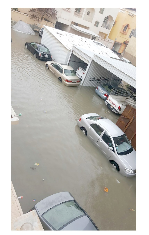 المياه تغمر السيارات في الدير