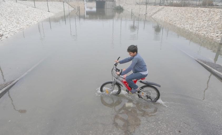 صبي يلعب بدراجته قبالة النفق