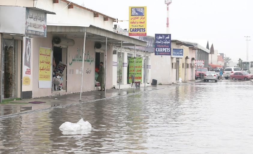 المياه تغمر الطرقات المحيطة بالسوق الشعبي