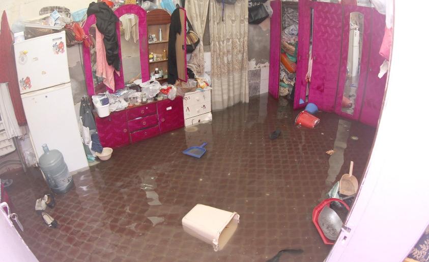 تجمع مياه الأمطار بداخل أحد المنازل