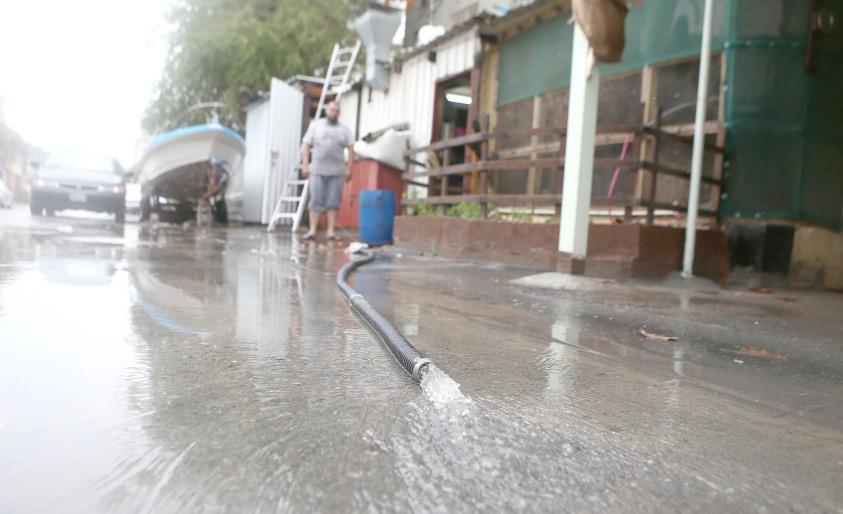 شفط المياه من داخل أحد المنازل