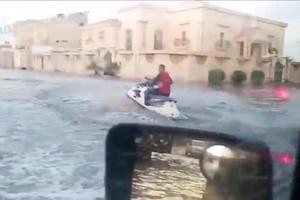بالفيديو... شاب سعودي على 'جيت سكي' في مياه الأمطار