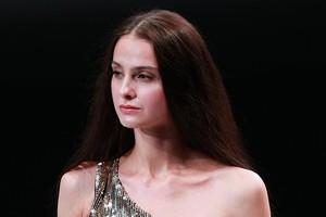 بالفيديو... فتاة روسية تكشف لغز مرآة غرفة القياس في محلات الملابس