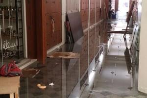 بالفيديو والصور... فيضان 'قنوات التصريف' في مجمع مدينة عيسى الشعبي من جديد
