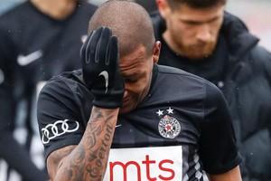 بالفيديو... لاعب برازيلي يغادر الملعب باكيا بعد تعرضه لانتهاكات عنصرية