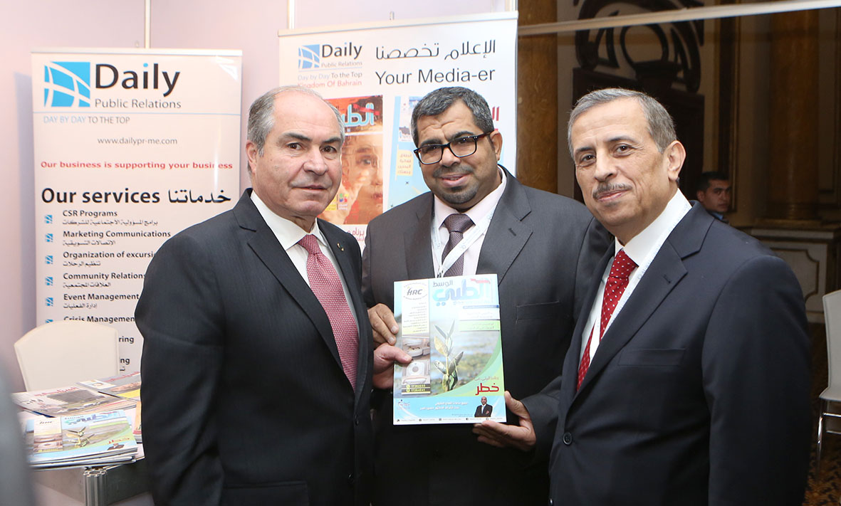رئيس الوزراء الأردني يتسلم نسخة من ملحق الوسط الطبي من محمود النشيط بحضور رئيس المنتدى